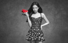 កញ្ញា Jennie ពីក្រុម BLΛƆKPIИK បានផ្ដល់ជូននូវជម្រើស Edition ពណ៌ក្រហមថ្មីសម្រាប់ Galaxy S20+ និង Galaxy Buds+